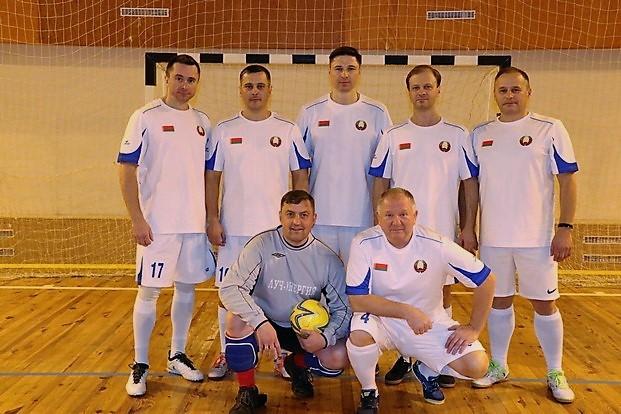 Команда парламентариев перед встречей по мини-футболу со сборной ветеранов спорта Рогачевского района.