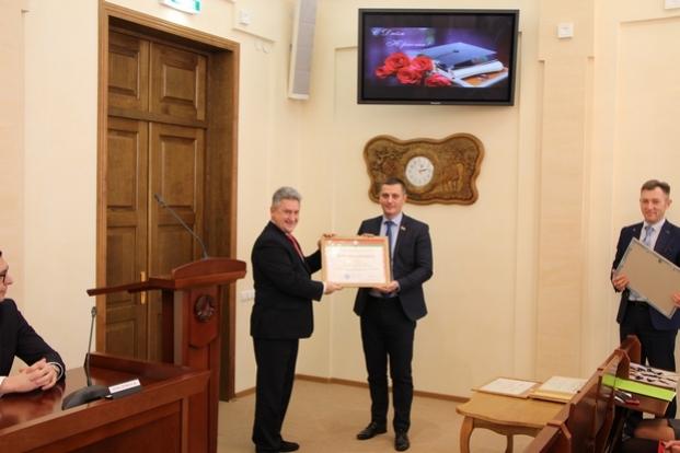 Вручение директором НЦЗПИ Ипатовым В.Д.  Почетной грамоты Национального центра законодательства и правовых исследований Республики Беларусь.